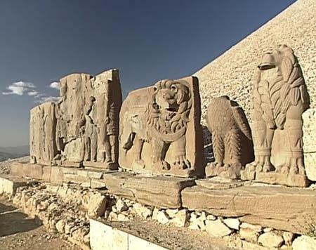 Relieves y esculturas en Nemrud Dagi