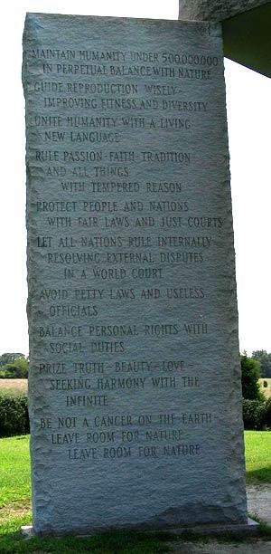 Piedra con los 10 mandamientos en inglés
