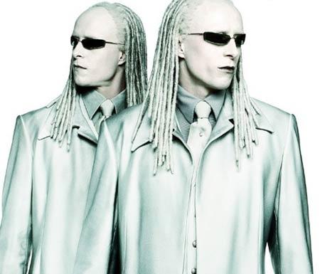 Gemelos idénticos que no se ven afectados más que por Neo